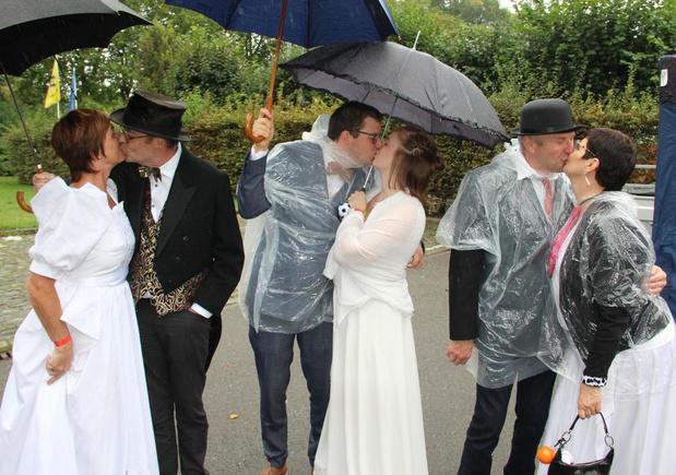 Pas gehuwd koppel loopt met ouders in originele trouwkledij tegen kanker