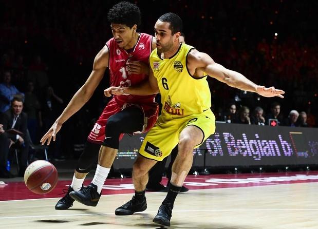 VIDEO - Oostende-speler Elias Lasisi riskeert zware schorsing na incident met scheidsrechter in Luik