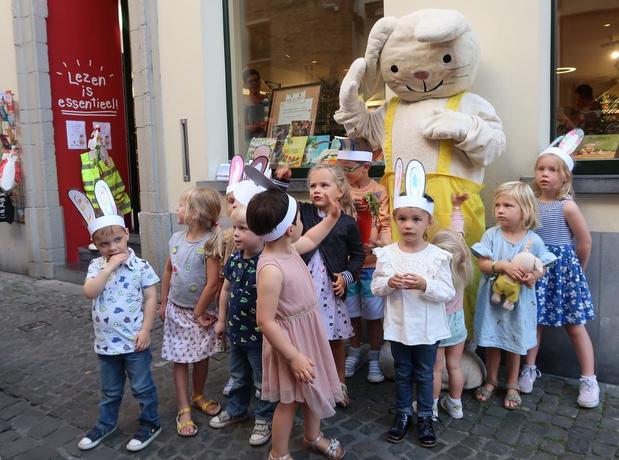 Vier Brugse boekhandels verwelkomen Rikki het konijntje