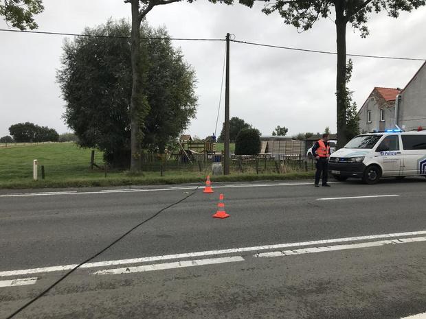 Elektriciteitskabel belandt op de weg na hapering door vrachtwagen