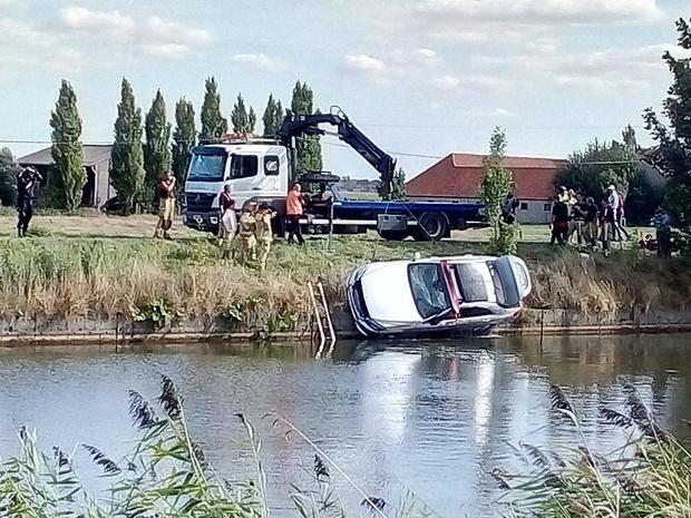 Bestuurder wordt onwel en belandt met Mercedes in de IJzer