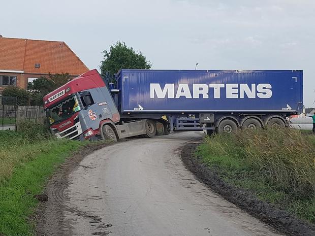 Vrachtwagen belandt in gracht in Snaaskerke