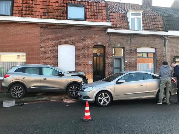 Auto knalt tegen elektriciteitspaal in Ieper en beschadigt gevel