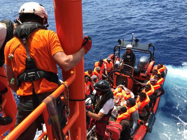 Ocean Viking redt meer dan 80 vluchtelingen voor kust van Libië