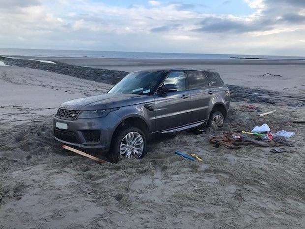 Voertuig rijdt zich vast op strand in Bredene
