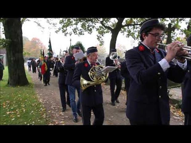 Kortrijk eert overledenen en oorlogsslachtoffers op Sint-Janskerkhof.