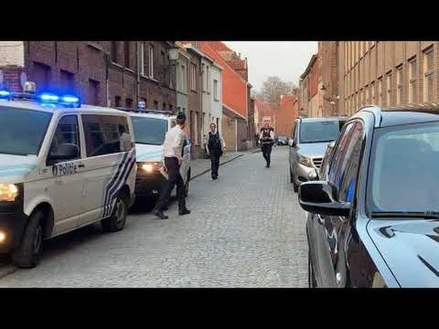 Jongen valt door dak in Brugge