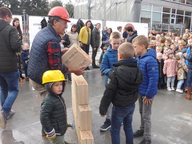 Schoolkinderen brengen stenen aan voor nieuw school