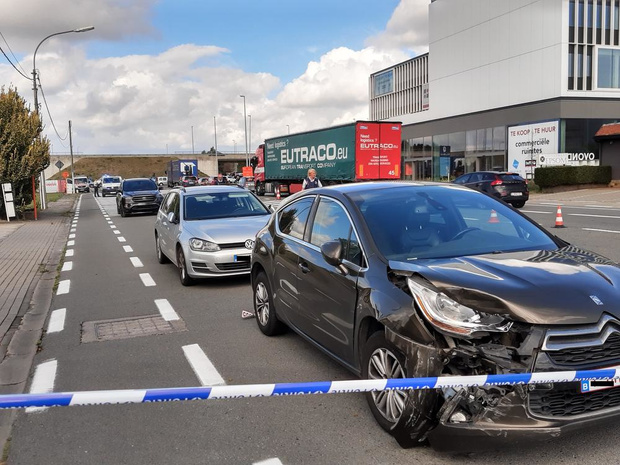 Vrouw naar ziekenhuis na ongeval met drie wagens in Gits