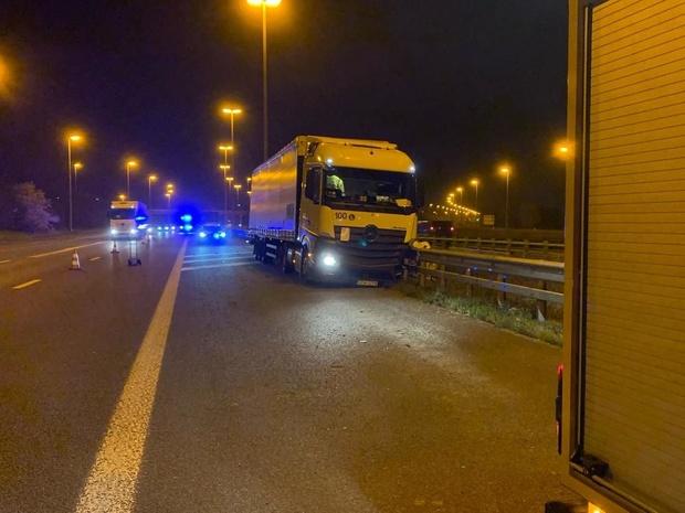 Vrachtwagen belandt tegen vangrail: klapband vermoedelijk de oorzaak