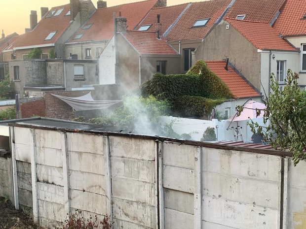 Bijgebouw van rijwoning in Brugge gaat in vlammen op