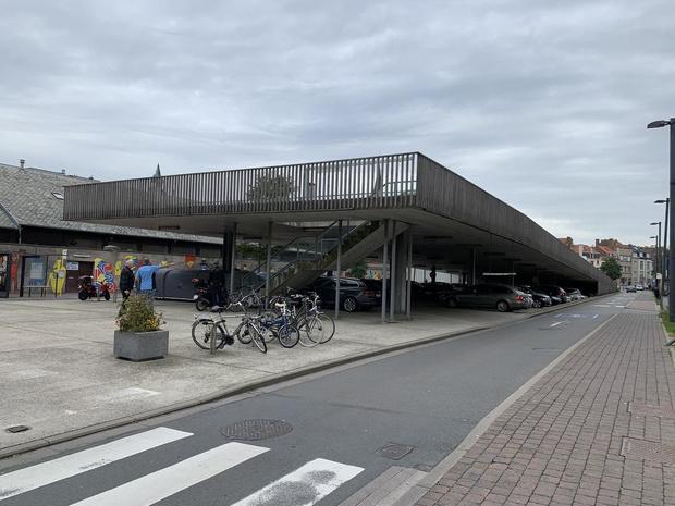 Ramen ingeslagen van vijf wagens in Oostende