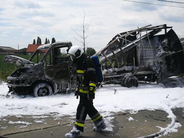 Lichte vrachtwagen brandt volledig uit in Moorslede