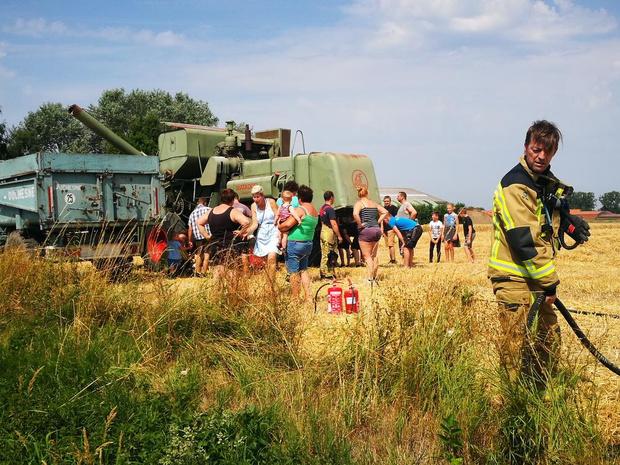 Landbouwer schiet collega te hulp als tractor plots vuur vat