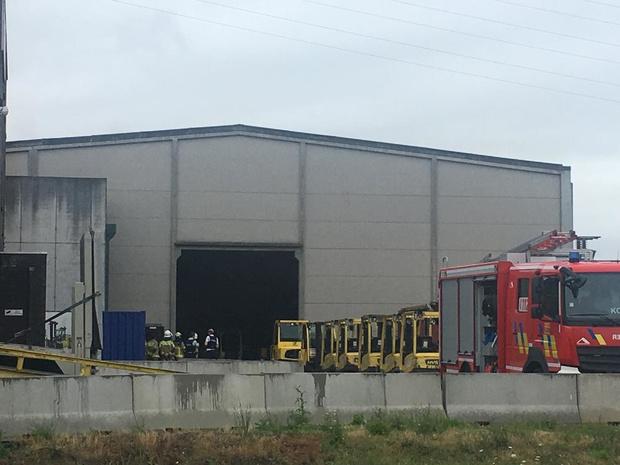 Smeulende batterij van heftruck zet bedrijf in Harelbeke onder rook