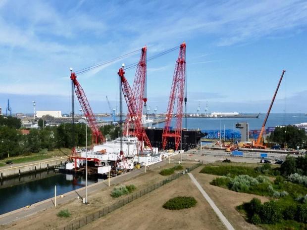 Sluisdeur teruggeplaatst in haven van Zeebrugge