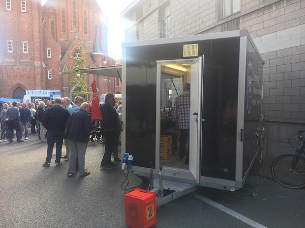 Bestelwagen knalt tegen bierkraam op Izegem Koers