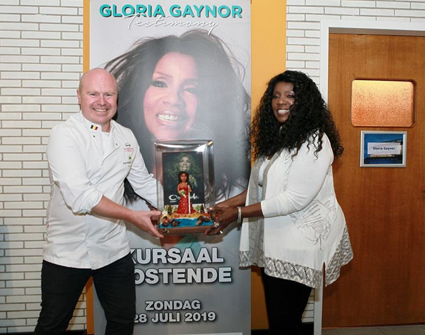 Anthony Lams uit Bredene geeft marsepeinen-kunstwerk af aan Gloria Gaynor