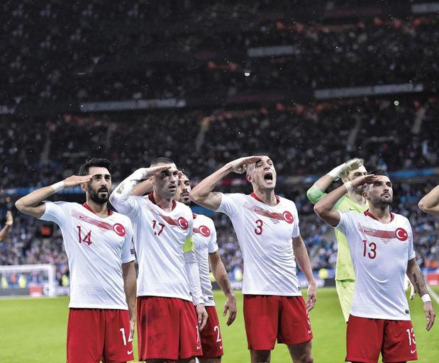 Pourquoi football et politique sont intrinsèquement liés