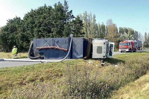 Vrachtwagen gekanteld na ongeval in Lapscheure