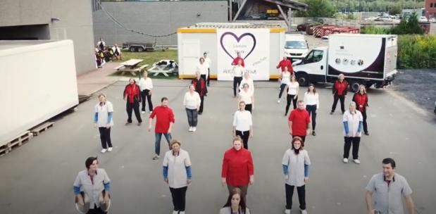 Medewerkers Ruddersstove in Brugge steken senioren hart onder de riem met flashmob