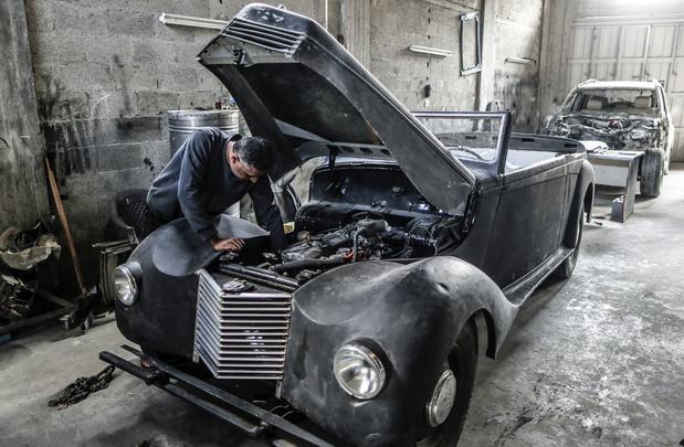 Un mécanicien de Gaza redonne vie aux voitures de collection