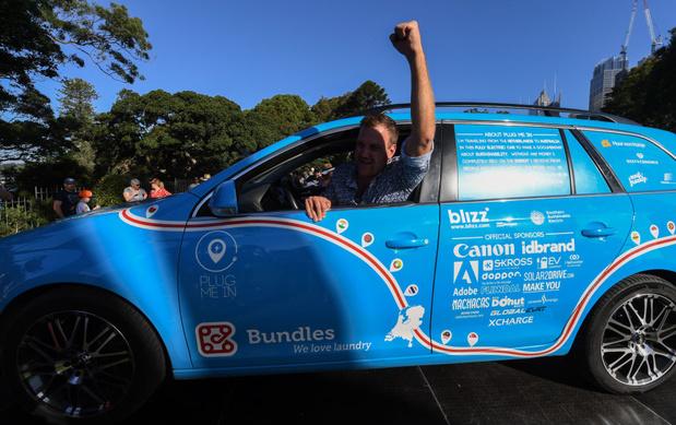 Nederlander finisht wereldreis met elektrische auto in Nieuw-Zeeland