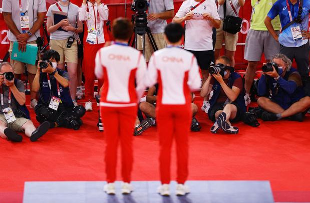 Polémique aux JO: deux pistardes chinoises récupèrent leur médaille d'or avec un badge de Mao