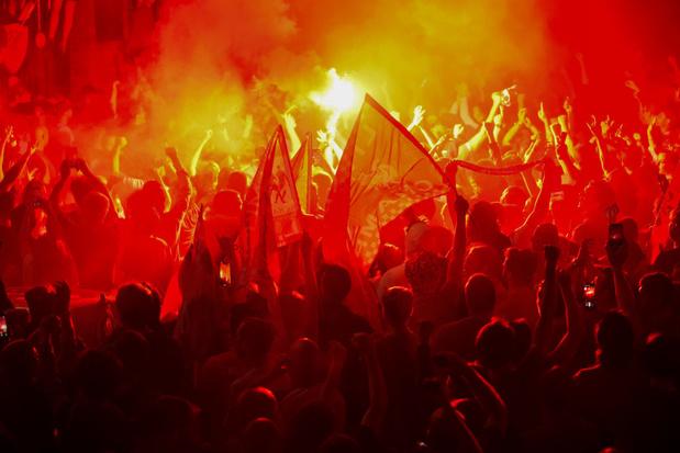 Les supporters de Liverpool se rassemblent en masse pour fêter le titre (photos+vidéos)