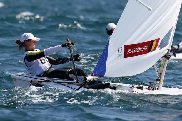 Après une 10e régate loupée, Emma Plasschaert recule à la cinquième place avant la course aux médailles