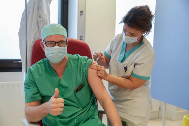 Une dose de vaccin anti-Covid réduit de presque 50% la transmission au sein d'un ménage