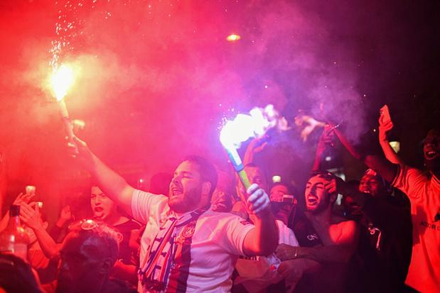 Les supporters parisiens exultent sur les Champs-Elysées — Victoire du PSG