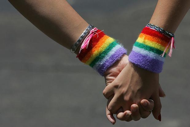 Les Suisses approuvent par référendum une loi anti-homophobie.