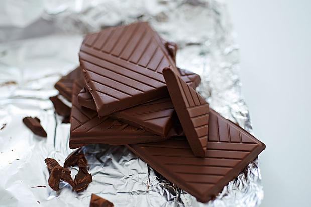Zwarte chocolade om het leven door een roze bril te zien