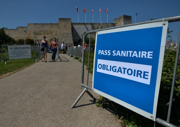 Frans parlement keurt omstreden coronapas en verplichte vaccinatie voor zorgpersoneel goed