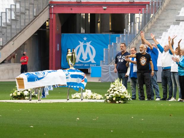 Des milliers de supporters de l'OM ont accompagné le cercueil de Bernard Tapie