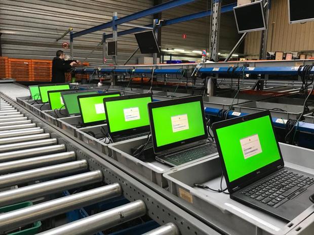Eerste 1.000 laptops voor kansarme leerlingen uitgeleverd