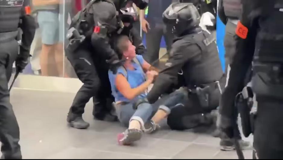 Factcheck: nee, deze vrouw werd niet opgepakt omdat ze zonder covidpas ging winkelen