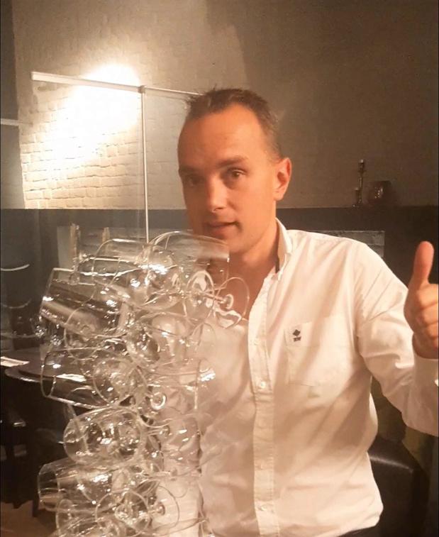 Sebastien van Brasserie St. Medard in Kortrijk doet gooi naar wereldrecord glazen dragen