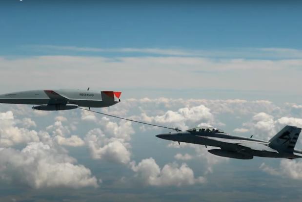Voor het eerst vliegtuig in de lucht bijgetankt door drone (video)