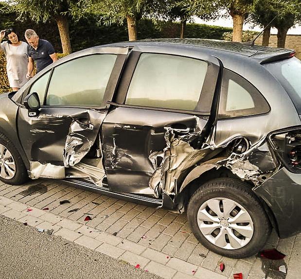 Geparkeerde wagen vernield na aanrijding met vluchtmisdrijf in Wervik