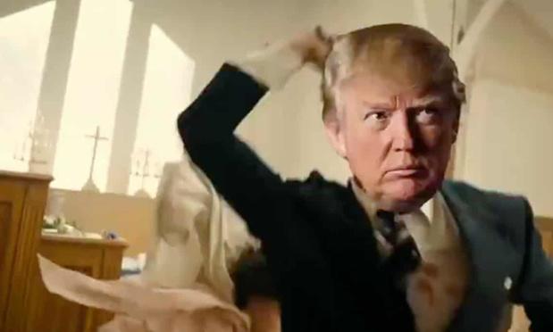 Video waarin valse Trump media neerschiet afgespeeld op conferentie Trump-aanhangers
