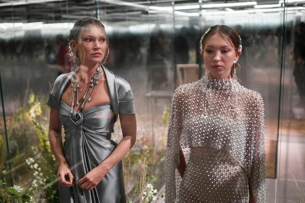 Kim Jones mixe l'esprit british à la Rome antique dans sa première collection pour Fendi