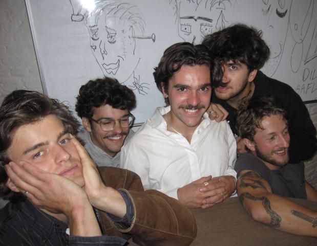 Punkrock en kotsgeluiden: dit was Barno Koevoet & The Duijmschpijkers op Theater aan Zee