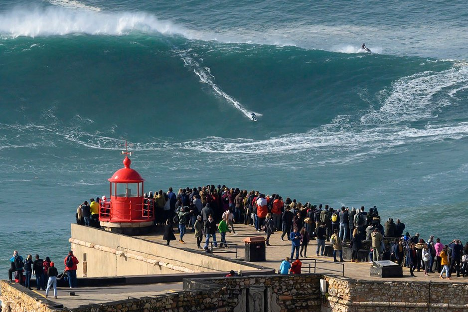 En images: Nazaré, spot portugais pour surfeurs en quête de vagues monstres