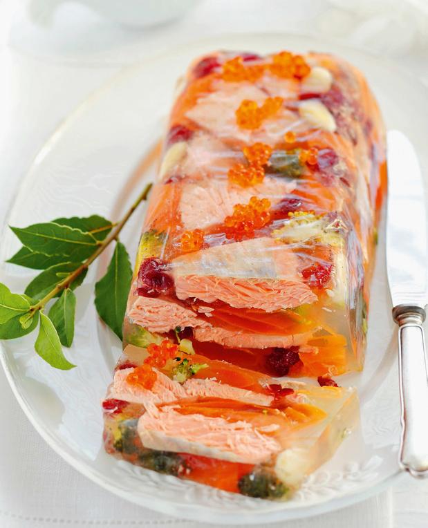 Zalm in aspic met wortelen, gedroogde cranberry's, broccoli en kaviaar