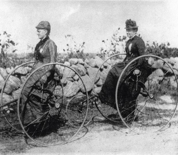 """""""Une sacrée paire de vélos"""": verticaux ou inclinés, d'où viennent les cadres genrés? (chronique)"""