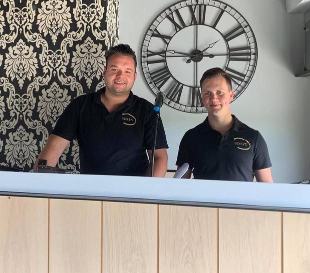 Partyzanger Kevin en partner Hannes openen karaokezaak Bigi's in Ooigem