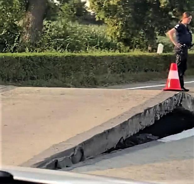 Door hitte komt asfalt spectaculair omhoog tussen Torhout en Zedelgem