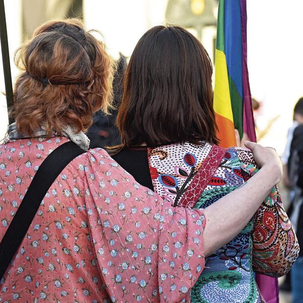 Une sacrée paire de femmes: citez donc le nom d'une politicienne homosexuelle, pour voir?